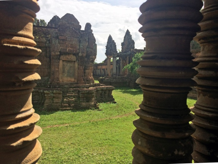 banteay-samre-through-the-screen